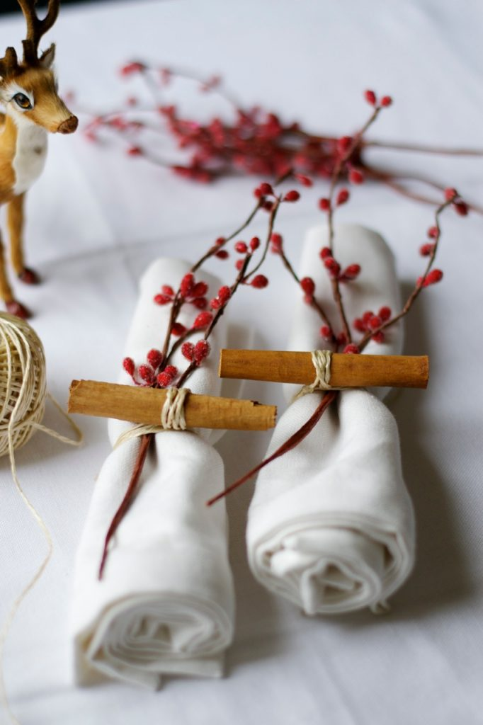 Tavola di Natale decorazioni con bacche e cannella