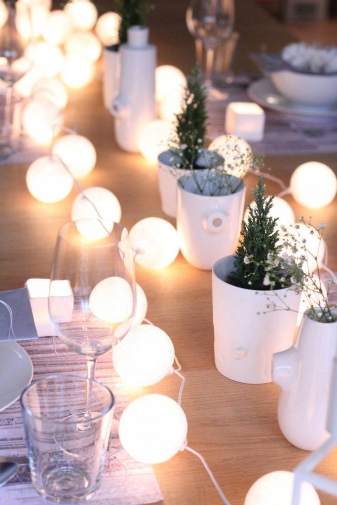 Tavola di Natale illuminata tutto in bianco