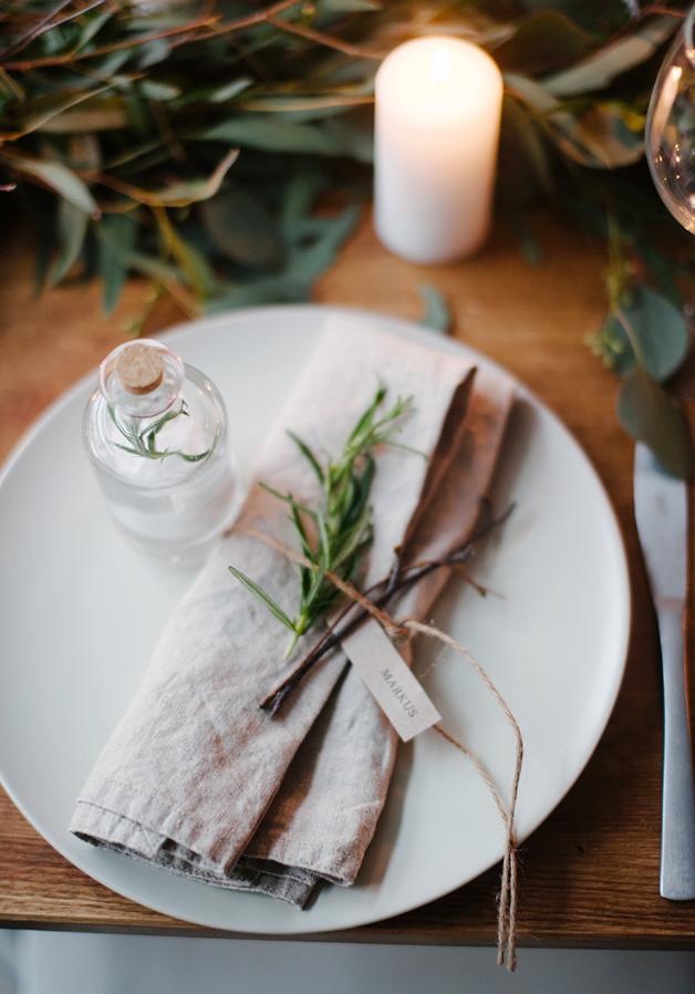 Vigilia di Natale decorazioni per la tavola naturali e semplici con rametti di rosmarino e tessuti naturali