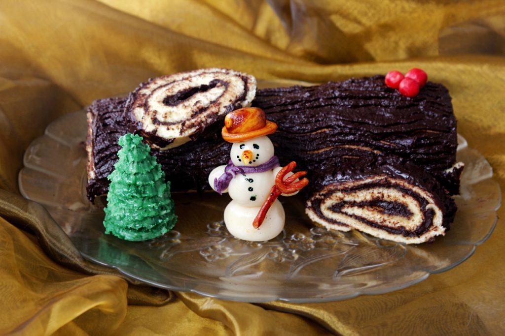 tronchetto di natale panettone con decorazioni di zucchero