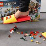 Le ciabatte Lego che ci salveranno i piedi