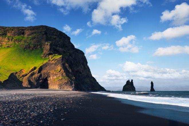 Spiaggia in Islanda con sabbia nera